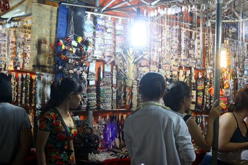 Điều thú vị ở chợ thời trang đêm Sài Gòn - 12