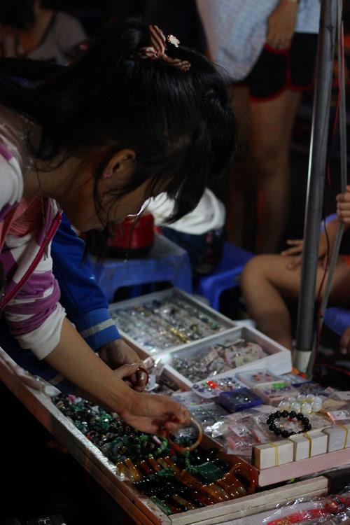 Điều thú vị ở chợ thời trang đêm Sài Gòn - 4