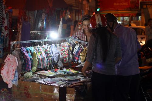 Điều thú vị ở chợ thời trang đêm Sài Gòn - 10