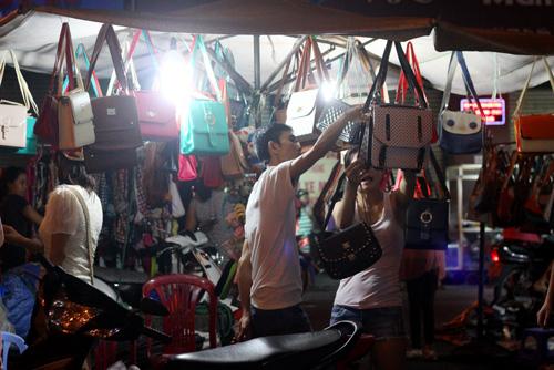 Điều thú vị ở chợ thời trang đêm Sài Gòn - 9