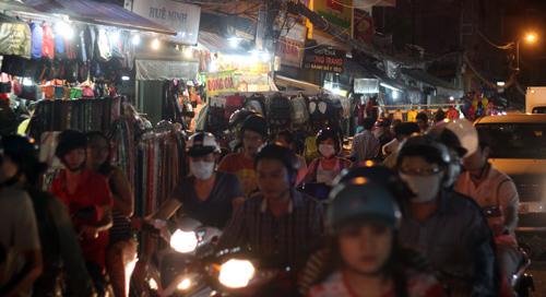 Điều thú vị ở chợ thời trang đêm Sài Gòn - 1