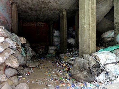 Độc đáo nhà thờ hang động ở 'thành phố rác' - 6