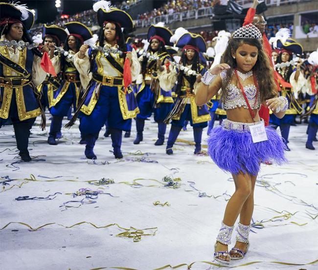 Julia Lira - cô bé nhỏ tuổi nhất được phong tặng danh hiệu Nữ hoàng điệu samba khi mới 7 tuổi