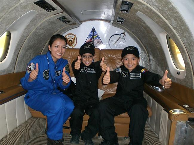 7 tuổi, người Ecuador, trở thành hành khách trẻ nhất đi trên chuyến bay phi trọng lực