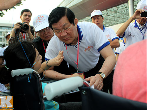 Chủ tịch nước đi bộ cùng người khuyết tật - 2