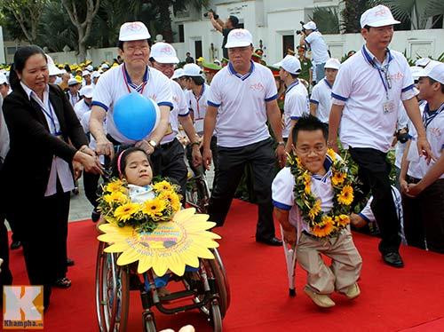 Chủ tịch nước đi bộ cùng người khuyết tật - 3