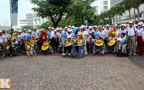 Chủ tịch nước đi bộ cùng người khuyết tật - 5