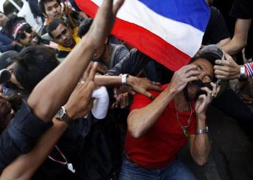 Người biểu tình tấn công, bà Yingluck tránh mặt - 1
