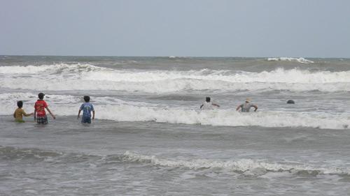 Trẻ nhỏ lao người qua sóng dữ… lượm ve chai - 2