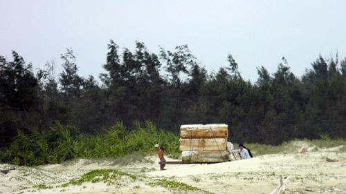 Trẻ nhỏ lao người qua sóng dữ… lượm ve chai - 12