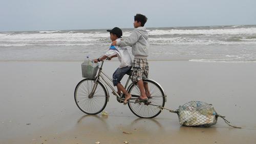 Trẻ nhỏ lao người qua sóng dữ… lượm ve chai - 1