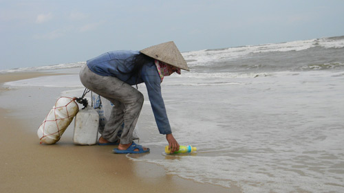 Trẻ nhỏ lao người qua sóng dữ… lượm ve chai - 14