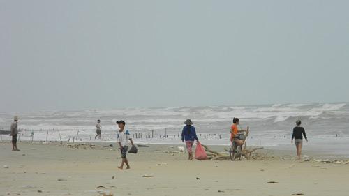 Trẻ nhỏ lao người qua sóng dữ… lượm ve chai - 15