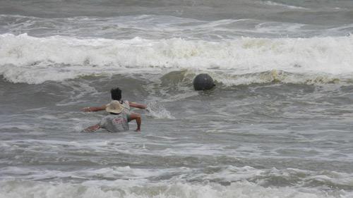 Trẻ nhỏ lao người qua sóng dữ… lượm ve chai - 3