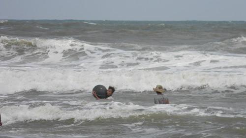 Trẻ nhỏ lao người qua sóng dữ… lượm ve chai - 4