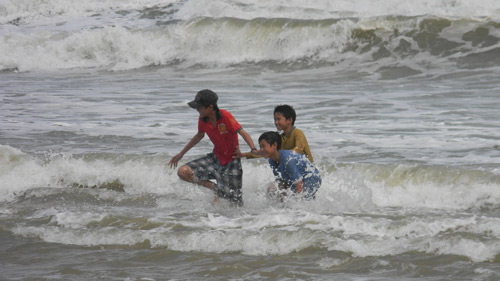 Trẻ nhỏ lao người qua sóng dữ… lượm ve chai - 5