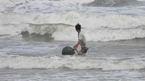 Trẻ nhỏ lao người qua sóng dữ… lượm ve chai - 6