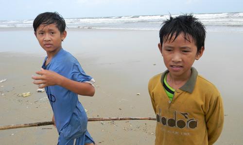 Trẻ nhỏ lao người qua sóng dữ… lượm ve chai - 8