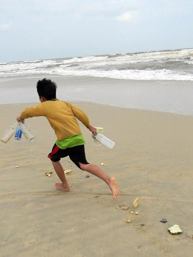 Trẻ nhỏ lao người qua sóng dữ… lượm ve chai - 10