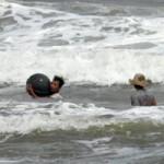 Tin tức trong ngày - Trẻ nhỏ lao người qua sóng dữ… lượm ve chai