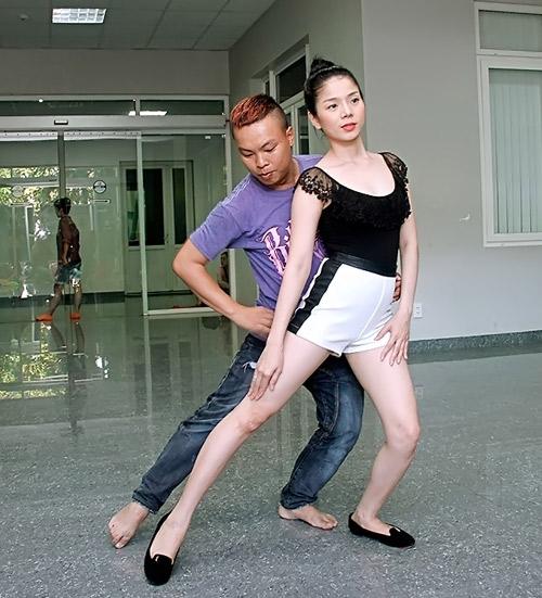 Lệ Quyên khoe chân thon trên sàn tập - 3