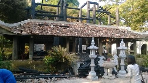 Cảnh tan hoang sau vụ cháy đền thờ Lê Lai - 1