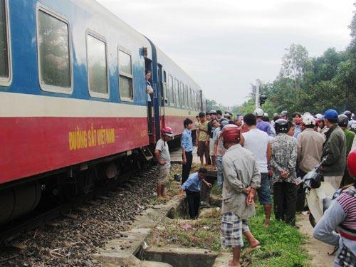 Bị tàu hỏa hất văng 10 m, tử vong tại chỗ - 1