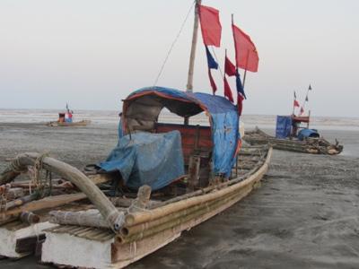 Trở lại làng có 57 ngư dân tử nạn vì lốc xoáy - 2