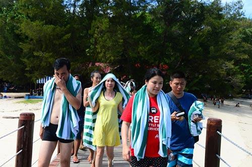 Thử cảm giác đi bộ dưới đáy biển ở đảo Sapi - 2