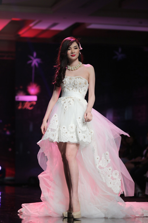 Ngọc Oanh gợi cảm với váy cưới mullet - 2