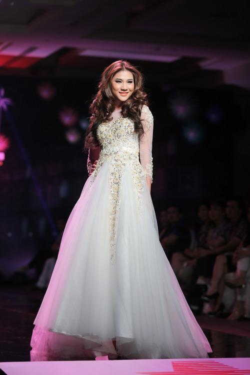 Ngọc Oanh gợi cảm với váy cưới mullet - 15