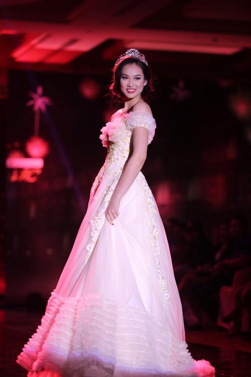 Ngọc Oanh gợi cảm với váy cưới mullet - 4