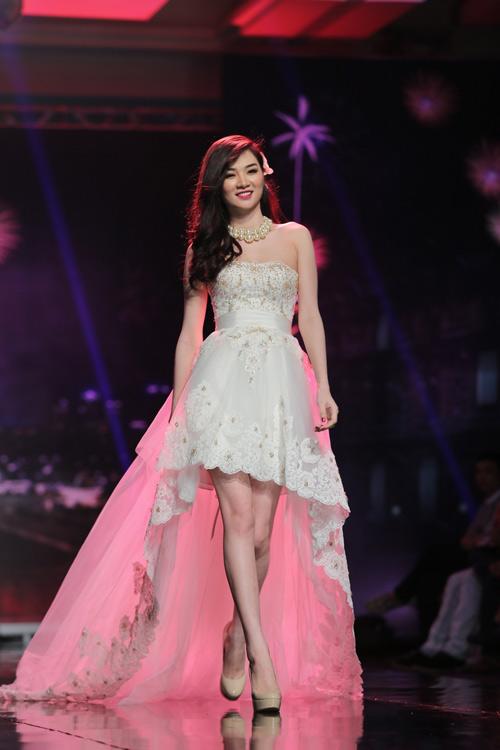 Ngọc Oanh gợi cảm với váy cưới mullet - 3