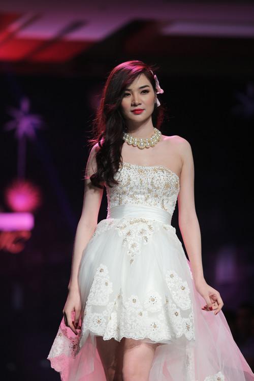 Ngọc Oanh gợi cảm với váy cưới mullet - 1