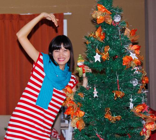 Thí sinh VNTM ngộ nghĩnh bên cây thông Noel - 8