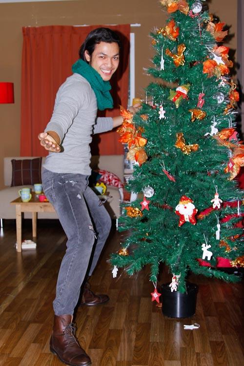 Thí sinh VNTM ngộ nghĩnh bên cây thông Noel - 9