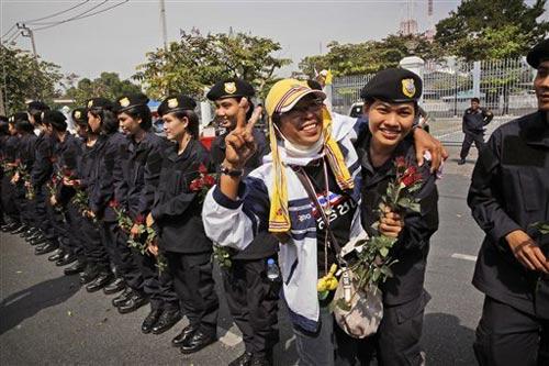 Thái Lan: Dùng hoa hồng để giải tán biểu tình - 1