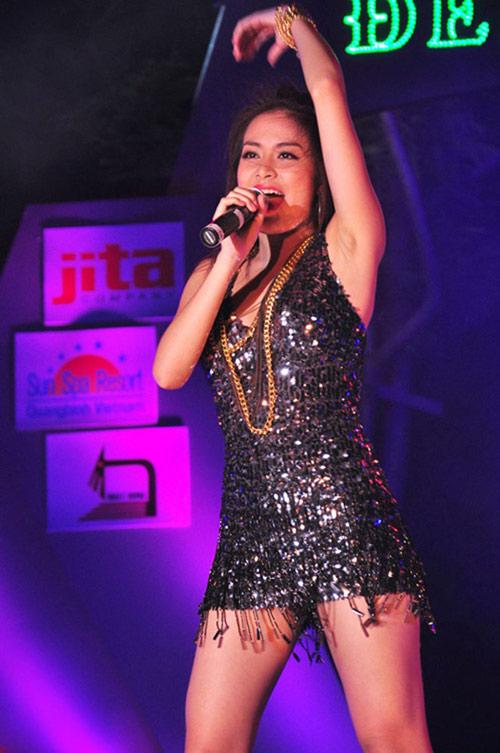 Phản cảm với trang phục hát từ thiện của sao Việt - 2