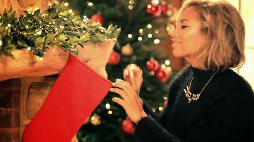Quán quân X-Factor khoe bạn trai trong MV Giáng sinh - 2