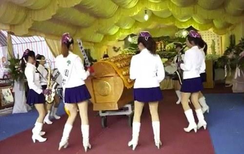 """Thuê """"chân dài"""" đến góp vui tại... đám tang - 1"""