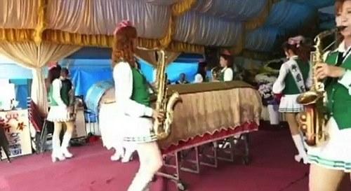 """Thuê """"chân dài"""" đến góp vui tại... đám tang - 5"""