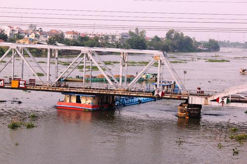 """TP.HCM: Tàu chở dầu """"đội"""" cầu sắt Bình Lợi - 1"""