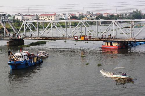 """TP.HCM: Tàu chở dầu """"đội"""" cầu sắt Bình Lợi - 2"""