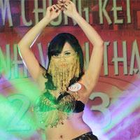 Nữ sinh Nhân văn múa bụng gợi cảm