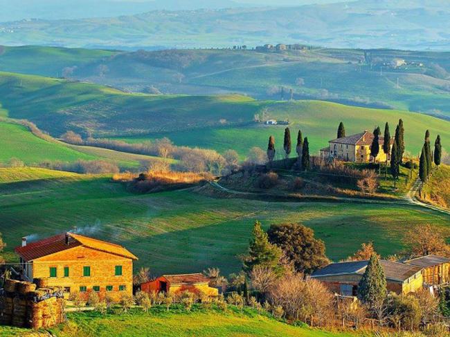 Đến với Tuscany bạn sẽ được khám phá vẻ đẹp tiềm ẩn của các ngôi làng, những góc thiên nhiên vẫn đang ẩn mình trên bản đồ du lịch, các thành phố lịch sử, những khu vườn nho và thị trấn trên đồi có từ thời trung cổ.