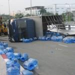 Tin tức trong ngày - Lật xe tải, hàng trăm bình nước tràn xuống đường