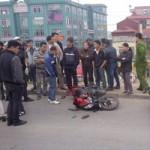 Tin tức trong ngày - Xe máy kẹp 3 tông ô tô, 3 người tử nạn