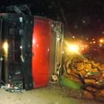 Tin tức trong ngày - Lật xe chở sữa, 2 người chết tại chỗ