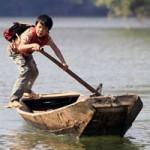 Giáo dục - du học - Thót tim nhìn trẻ tự chèo thuyền đến trường