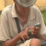 """Tin tức trong ngày - """"Sốc"""" với ông già ăn xin xài… iPhone"""
